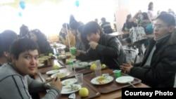 Студенты в столовой в здании Казахского национального университета имени аль-Фараби в Алматы.