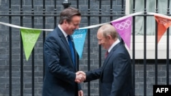 Londër - Kryeministri britanik David Cameron (M) takon presidentin rus Vlladimir Putin, 10 Downing Street,02Gusht2012 (Ilustrim)