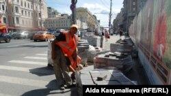 Москванын көчөлөрүнүн биринде эмгектенип жүргөн кыргызстандык мигранттар. Август, 2011