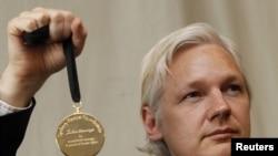 Джулиан Эссанж с золотой медалью