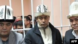 Арестованные лидеры партии «Ата-Журт» Камчыбек Ташиев (слева) , Садыр Жапаров (по центру) и Талант Мамытов (справа) на суде. Бишкек, 25 января 2013 года.