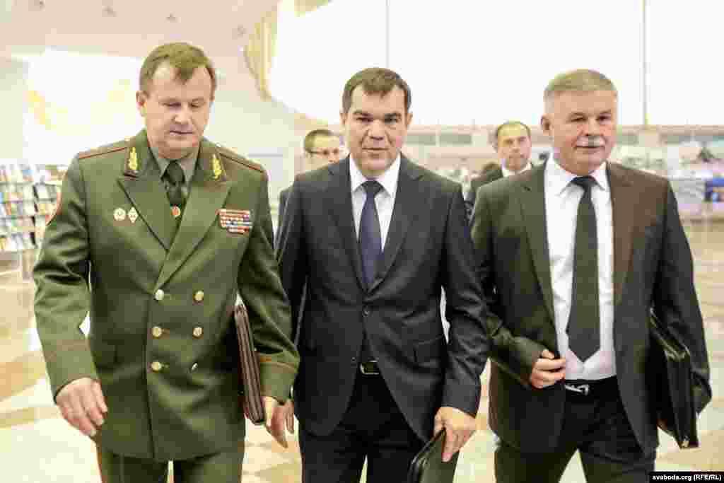 Міністар абароны Андрэй Раўкоў (зьлева) і старшыня КДБ Валеры Вакульчык