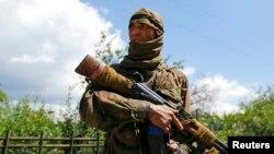Пророссийский сепаратист, в котором опознали уроженца Узбекистана Бахтияра. Северск, Донецкая область, 22 июня 2014 года.