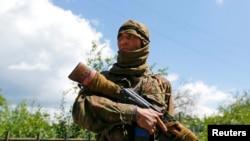Бойовик із автоматом Калашникова у руках, який назвав себе Бахтіором, уродженцем Узбекистану, (фото від 22 червня 2014 року, Сіверськ, Донецька область)