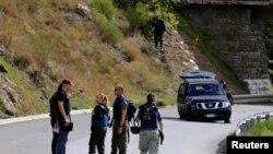 Полицейские оцепили район нападения на автоколонну EULЕX, в результате чего погиб сотрудник миссии (19 сентября 2013 года)
