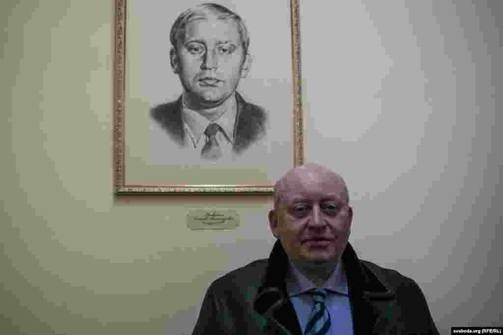 Аляксей Крыўдзенка каля свайго партрэта. Ён быў першым сакратаром ЦК ЛКСМБ у 1990–1991 гадах