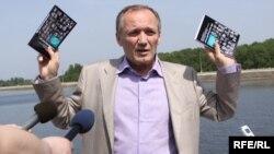 """Uladzimir Nyaklyaeu presented his book, """"100 Faces of Unemployment,"""" in June."""