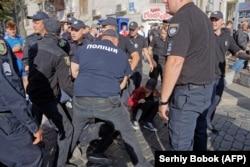 Поліція затримує порушників порядку на прайді у Харкові. 15 вересня 2019 року