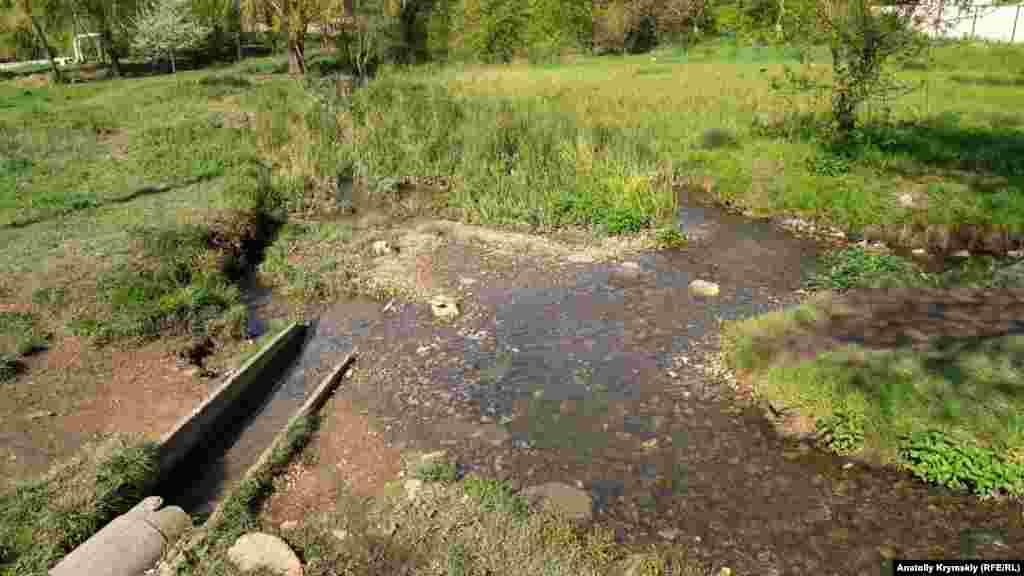 З нижнього Сергіївського ставка Аблдалка пробирається на вулицю Титова, де впадає в річку Малий Салгир