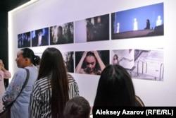 На этой стене – фотографии, сделанные Денисом Теном в разных странах мира. Алматы, 26 августа 2018 года.