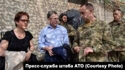 Спеціальний представник адміністрації США щодо врегулювання на окупованій частині сходу України Курт Волкер (у цивільному) на Донбасі, 23 липня 2017 року (фото прес-центру Штабу АТО)