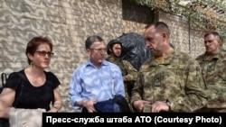 Курт Волкер в ходе поездки в Донбасс