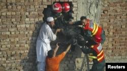 Ekipet e shpëtimit në fabrikën në Lahore, 12 shtator, 2012