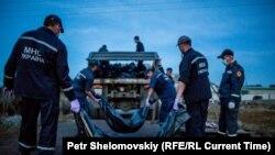 Украиналық құтқарушылар Boeing 777 ұшағы апатында қаза тапқандардың денелерін жинап жүр. Донецк, Украина, шілде 2014 жыл.