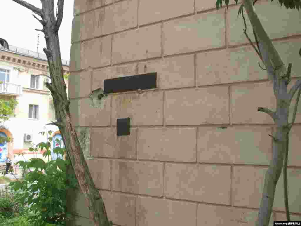 «Моя адреса – не будинок і не вулиця». Адресна табличка в центрі міста. У цьому ж будинку з фасаду розташований офіс Комуністичної партії Севастополя.