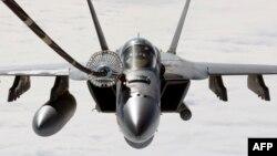 Pamje e bombarduesit amerikan të tipit F/A-18E Super Hornet gjatë furnizimit me karburant në fluturim