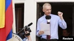 Основатель WikiLeaks Джулиан Эссанж выступает на балконе посольства Эквадора в Лондоне 19 августа 2012 года