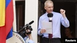 WikiLeaks-ի հիմնադիր Ջուլիան Ասանժը հայտարարությամբ է հանդես գալիս Լոնդոնում Էկվադորի դեսպանատան դիմաց, օգոստոս, 2012թ․