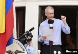 Assange Londondakı Ekvador səfirliyinin balkonundan tərəfdarları qarşısında çıxış edir, 19 avqust, 2012