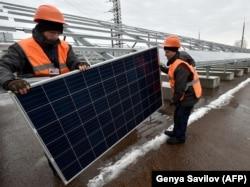 Робітники монтують сонячну електростанцію на Чорнобильській АЕС, грудень 2017