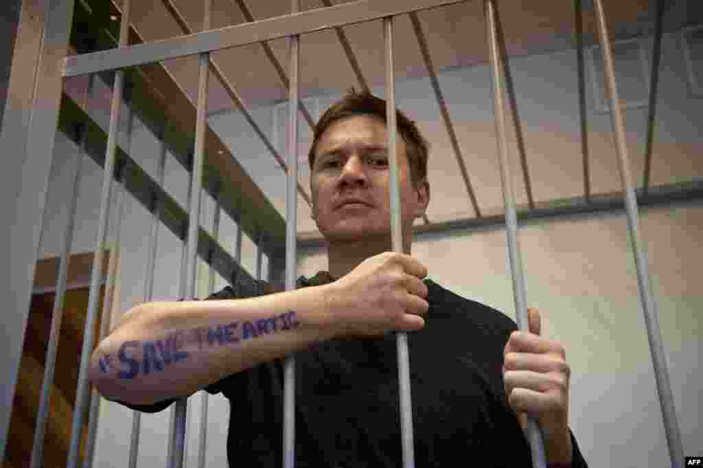 British Greenpeace activist Anthony Perrett sends a message prior to his bail hearing at the Murmansk Octyabr district court. (AFP/Greenpeace International.Dmitry Sharomov)