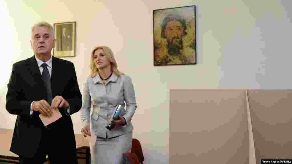 Predsednički kandidat Srpske napredne stranke Tomislav Nikolić sa suprugom na glasačkom mestu