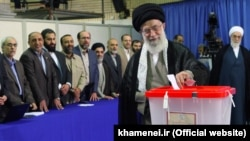 رهبر جمهوری اسلامی، در حال انداختن رأی خود به صندوق انتخابات شوراها
