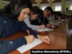 Латын тілінде диктант жазу шарасы. Алматы, 14 қараша 2018 жыл.