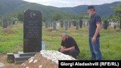 Малхаз Мачаликашвили (справа) и Заза Саралидзе на могиле 19-летнего Темирлана