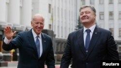 Nënpresidenti i Shteteve të Bashkuara, Joe Biden, dhe presidenti i Ukrainës, Petro Poroshenko.