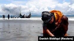 Pripadnica manjine Rohindža na plaži nakon prelaska iz Mjanmara u Bangladeš, fotoarhiv