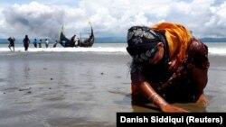 Iscrpljena izbeglica dotiče tlo Bangladeša nakon što je uspela da dođe do obale, arhivska fotografija