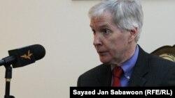 السفير الأميركي السابق في العراق رايان كروكر متحدثاً لإذاعة أوروبا الحرة في لقاء سابق