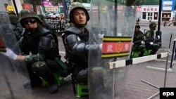 Солдаты народной армии КНР патрулируют улицы Урумчи во время беспорядков в 2009 году