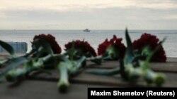Квіти на пірсі поряд із місцем падіння Ту-154, на задньому плані катер російського МНС. Сочі, 26 грудня 2016 року