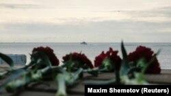 Цветы на пирсе неподалеку от места падения Ту-154