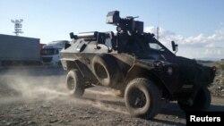 Борбено возило во акција на турската армија против Курдската работничка партија.