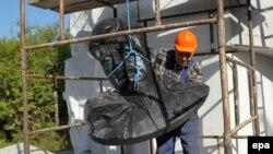 Під час демонтажу пам'ятника, Пенєнжно, 17 вересня 2015 року