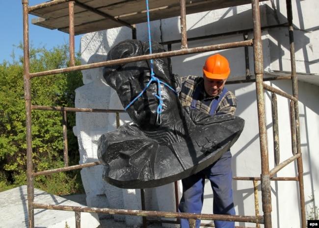 Демонтаж пам'ятника радянському генералу Івану Черняховському у Пененжно на півночі Польщі, вересень 2015 року