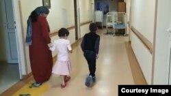 Лидия Евлоева с детьми в больнице в Москве