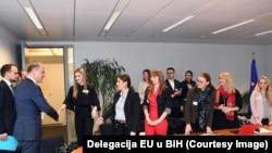 """Studenti iz Bihaća i Banjaluke predstavili pobjedničku kampanju """"Self-up"""" zvaničnicima EU u Briselu"""