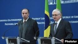 Министр иностранных дел Бразилии Алоизио Нунес Феррейра (слева) и министр иностранных Армении Эдвард Налбандян во время совместной пресс-конференции, Ереван, 17 ноября 2017 г.