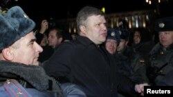 """Лидер партии """"Яблоко"""" Сергей Митрохин на акции протеста в Москве 6 декабря 2011 года."""