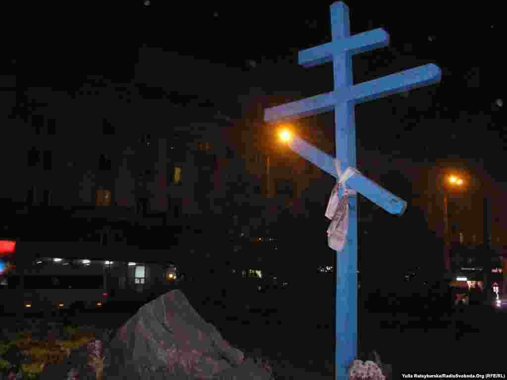Біля вокзалу, де від голоду загинули тисячі селян, які втікали до міста в пошуках харчів, кілька років тому активісти встановили хрест і камінь у пам'ять про загиблих