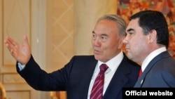 Gazagystanyň prezidenti Nursoltan Nazarbaýew (çepde) we türkmen kärdeşi Gurbanguly Berdimuhamedow Astanada, 28-nji maý, 2007-nji ýyl.