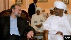 سفر علی لاریجانی، رئیس مجلس، به خارطوم برای ابراز حمایت رهبران ایران از عمر البشیر، رئیس جمهوری سودان. ۶ مارس ۲۰۰۹