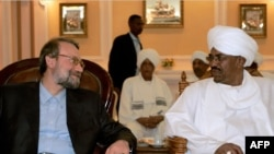 Omar al-Bashir (R) meets with Iranian parliament speaker Ali Larijani in Khartoum, 06Mar2009