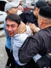 Алматыдағы митингте полиция азаматтарды ұстап жатыр. 9 маусым 2019 жыл.
