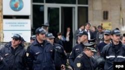 Архивска фотографија - Полиција пред Централната изборна комисија на Албанија.