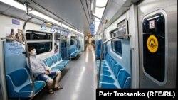 Порожні вагони метро в місті Алмати, Казахстан, 25 квітня 2020 року